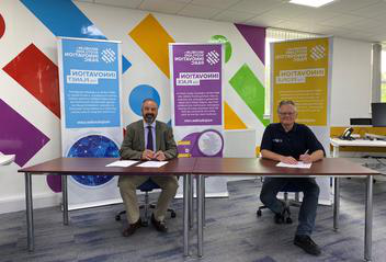 John Reid, MSIP CEO and John Rowan, the University of Dundee Vice-Principal (Research, Knowledge Exchange and Wider Impact) sign the memorandum of understanding.